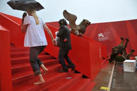 Шторм затопил  Дворец кино. Символ Венецианского фестиваля - статуи золотых львов возле Дворца кино, оказался снесенным штормовым ветром. Фото: Pascal Le Segretain/Getty Images