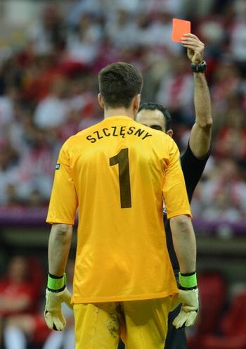Польский вратарь получил красную карту от судьи во время игры с Грецией 8 июня 2012. Фото: CHRISTOF STACHE/AFP/GettyImages