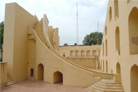 Jantar Mantar — лучшие всего сохранившиеся исторические обсерватории в Индии, разработанные для астрономического наблюдения невооружённым глазом. Памятник демонстрирует астрономические навыки членов королевской семьи в конце периода Mughal (Великих Моголов). Фото: Nadya Peek/Wikimedia Commons