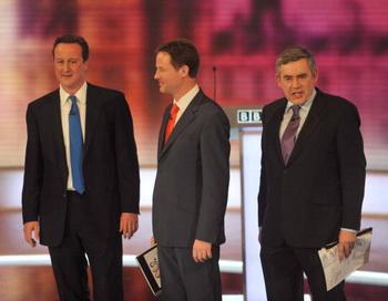 Участники последнего тура предвыборных теледебатов Британии (слева направо) Дэвид Кэмерон, Ник Клегг, Гордон Браун. Фото: Jeff Overs/BBC via Getty Images