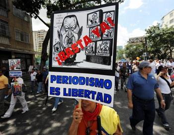 Демонстрация журналистов в Каракасе, Венесуэла. Надпись на плакате: «Довольно! Журналистика - это свобода». Фото: JUAN BARRETO/AFP/Getty Images