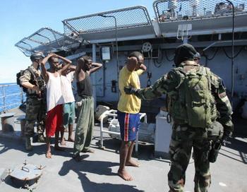 Французские солдаты переправляют сомалийских пиратов на борт корабля Le Nivose. Фото: PIERRE VERDY/AFP/Getty Images