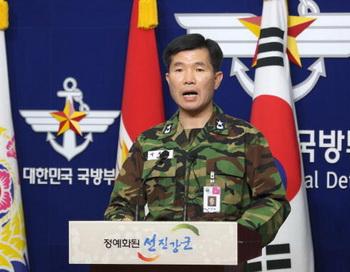 Пресс-конференция адмирала Ли Ки-Сик в связи с затоплением корабля ВМФ Южной Кореи. Фото: LEE JONG-SEONG/AFP/Getty Images