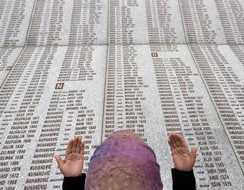 Сербия извинилась за массовые убийства мусульман в Сребренице. Фото: ELVIS BARUKCIC/AFP/Getty Images