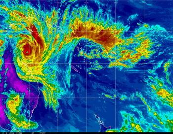 Циклон «Яси» (Yasi). Вид из космоса: 2 февраля сателлит GOES Национального управления океанических и атмосферных исследований (NOAA) передал изображение циклона пятой категории, приближающегося к северному побережью штата Квинсленд в Австралии. Мощный циклон, как ожидается достигнет региона в течении 24 часов со скоростью 295 км/ч. Фото: NOAA via Getty Images