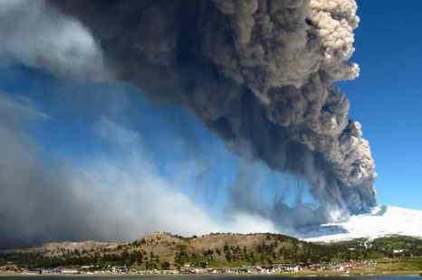 Тысячи жителей Чили и Аргентины эвакуированы из-за извержения вулкана Копауэ. Фото: Antonio Huglich/AFP/Getty Images