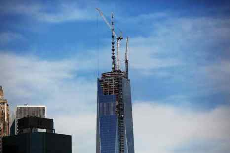 На здании Всемирного торгового центра установлен 124-метровый шпиль. В настоящее время здание является самым высоким в Западном полушарии. Фото: Spencer Platt/Getty Images