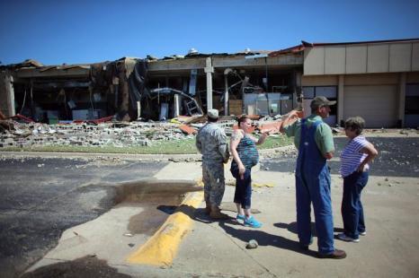 Жизнь в штате Оклахома после повторной смертельной серии Торнадо. Фото: Joe Raedle/Getty Images