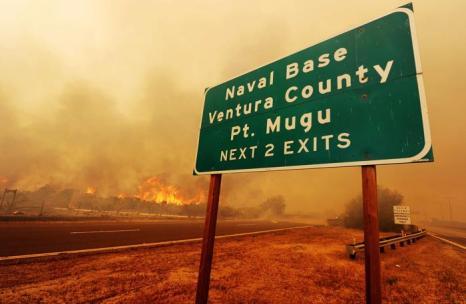 Тысячи людей эвакуируют в Калифорнии, охваченной пожаром. Фото: ROBYN BECK/AFP/Getty Images