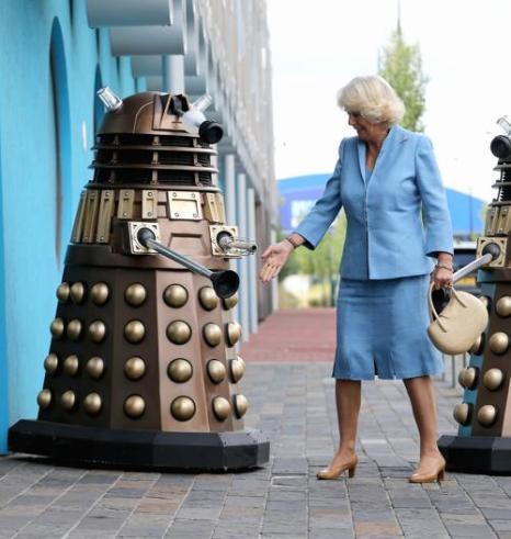 Супруга принца Чарльза Камилла смотрит далека на съёмочной площадке сериала  «Доктор Кто» в студии BBC Кардиффа 3 июля 2013 года. Фото: Chris Jackson/Getty Images