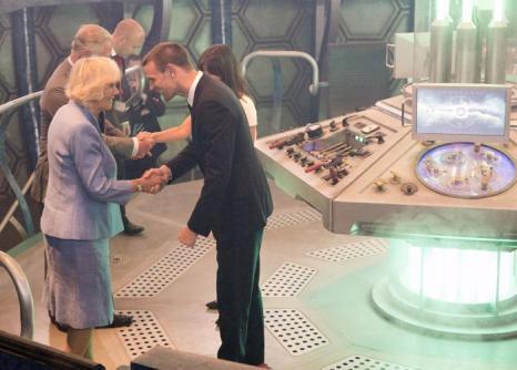 Принц Чарльз и Камилла на съёмочной площадке сериала  «Доктор Кто» в студии BBC Кардиффа 3 июля 2013 года. Фото: Arthur Edwards - WPA Pool/Getty Images