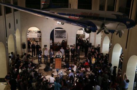 Начальник Пожарного департамента Сан-Франциско, Джоанна Хейс-Уайт (ц) выступает во время пресс-конференции в Сан-Франциско когда самолёт Boeing-777 потерпел крушение в Сан-Франциско 6 июля 2013 года. Фото: Justin Sullivan/Getty Images