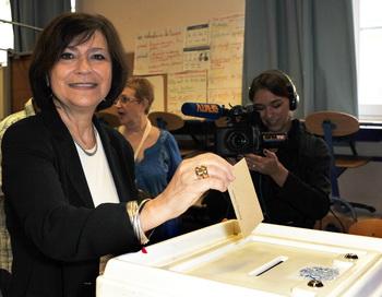 Мари-Арлетт Карлотти, кандидат от Социалистической партии, голосует 10 июня 2012 года в первом туре парламентских выборов. Фото: GERARD JULIEN / AFP / GettyImages