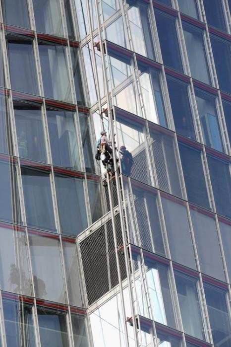 Шесть активистов Гринпис забрались на небоскрёб Shard в Лондоне, чтобы выразить протест по добыче нефти в Арктике 11 июля 2013 года. Фото: Oli Scarff/Getty Images