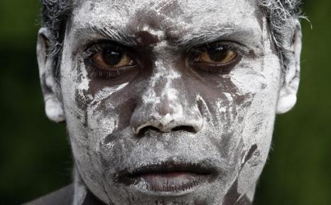 Член танцевальной группы аборигенов во время церемонии в 2008 году. Фото: Andrew Sheargold/Getty Images