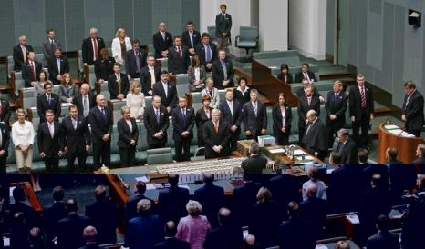 Премьер-министр Австралии Кевин Радд проводит минуту молчания, после принесения извинений коренным жителям Австралии в 2008 году. Фото: Andrew Sheargold/AFP/Getty Images