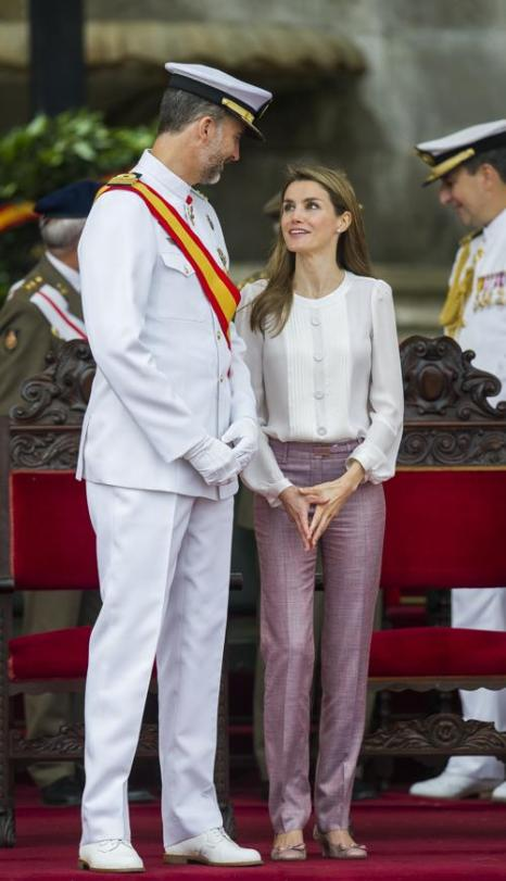 Наследник испанской короны принц Астурийский Фелипе и его супруга принцесса Летиция посетили церемонию вручения дипломов Морской академии ВМС в Понтеведре 16 июля 2013 года. Фото: Juan Manuel Serrano Arce/Getty Images