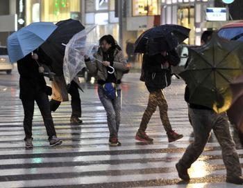 Люди спешат домой в штормовую погоду, вызванную тайфуном, Япония. Фото: Sankei via Getty Images