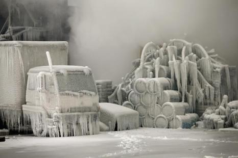 Ледяные «скульптуры» появлялись при тушении пожара в Чикаго, 23 января 2013 года. Фото: Scott Olson/Getty Images
