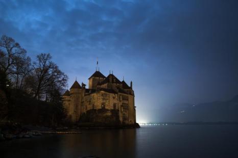 В Швейцарии прошёл Час Земли (Шильонский Замок). Фото: FABRICE COFFRINI/AFP/Getty Images