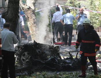 Полицейские и пожарные Турции работают на месте взрыва машины. Фото: -/AFP/Getty Images