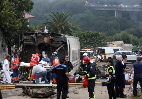 Крушение поезда в испанской области Галисия, недалеко от Сантьяго-де-Компостела, стало крупнейшим за 40 лет, погибло 77 человек. Фото: OSCAR CORRAL/AFP/Getty Images