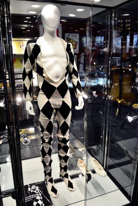 Чёрно-белый сценический костюм Фредди Меркьюри. Фото: Bethany Clarke/Getty Images