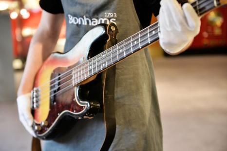 Бас-гитара Роджера Уотерса (Rodger Waters) на аукционе Bonhams. Фото: Bethany Clarke/Getty Images
