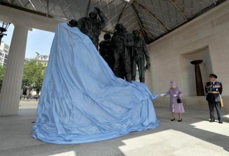Королева Елизавета II представила Мемориал бомбардировочной авиации в Лондоне, Англия. Фото: John Stillwell - WPA Pool/Getty Images