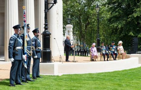 Королева Елизавета II, принц Филипп, герцог Эдинбургский, Камилла, Герцогиня Корнуолла и принц Чарльз, принц Уэльский на открытии Мемориала бомбардировочной авиации в Лондоне, Англия. Фото: Ian Gavan / Getty Images