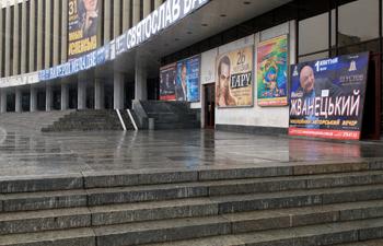 В прошлом году вместо концертов труппы Shen Yun на 1 апреля поставили выступление Михаила Жванецкого, а 2 число оказалось пустым. Фото: Владимир Бородин/The Epoch Times