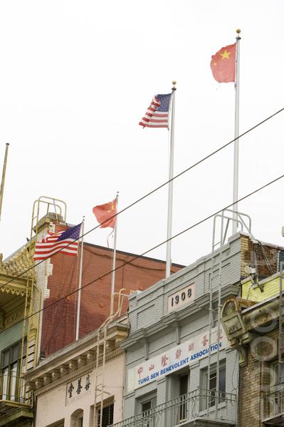 Разорванный флаг КНР на здании офиса Hay Sen Benevolent Association. Сан-Франциско, США. Июль 2012 год. Фото: The Epoch Times