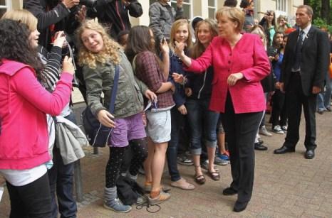 Фоторепортаж о визите  Ангелы Меркель в школу Sophie Scholl. Фото: Sean Gallup/Getty Images
