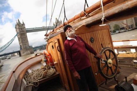 Фоторепортаж об открытии Тауэрского моста для пропуска грузового судна с вином из Бордо. Фото: Dan Kitwood/Getty Images