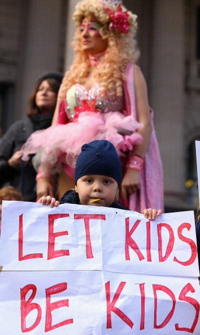 Фоторепортаж об акции протеста против детского конкурса красоты в Австралии. Фото: Quinn Rooney/Getty Images
