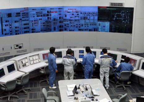 В Японии напряжённость с ресурсами электроенергии. Работники на термоядерной станции Томари в Японии. Фото:JAPAN POOL/AFP/GettyImages