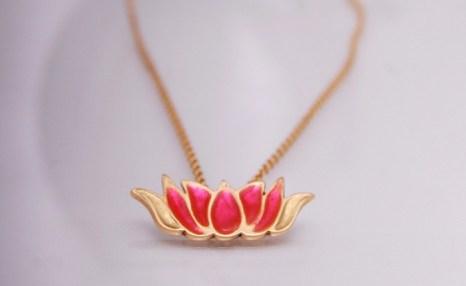 Золотое ожерелье в форме цветка лотоса. Фото с сайта nataliabasdeki.com