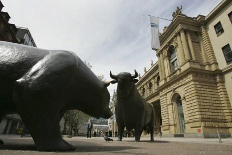 Медведь и бык – символы трейдеров у здания фондовых торгов во Франкфурте. Фото: Spencer Platt/Getty Images