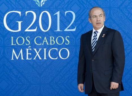 Мексиканский президент Фелипе Калдерон встречает участников встречи. Фото: PAUL J. RICHARDS/AFP/GettyImages