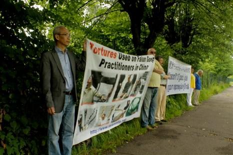 Акция протеста 13-летним репрессиям последователей Фалуньгун у китайского посольства в Латвии, Рига, 20 июля 2012 года. На плакате представлены жестокие пытки, которым подвергаются последователи Фалуньгун в коммунистическом Китае. Фото Ритварс Витолс/Великая Эпоха (The Epoch Times)
