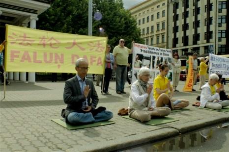 Информационное мероприятие на улице Бривибас у часов Лаймы, Рига, 20 июля 2012 года. Фото: Ритварс Витолс/Великая Эпоха (The Epoch Times)