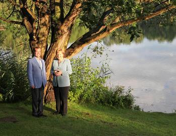 Бундесканцлер Меркель встретила президента России в саду виллы у озера Беренбостелер в местечке Гарбсен возле Ганновера, для совместного ужина. Фото: haz.de