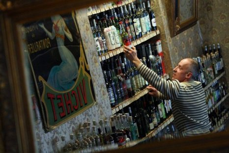 Абсент продается в Absinth Depot shop в Берлине. Европарламент отказался от определения состава алкогольного напитка в законодательстве ЕС 13 марта 2013г. Фото: Adam Berry/Getty Images