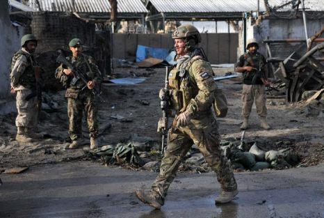 После атаки террористов-смертников полицейского участка в афганском городе Джалалабаде 26 марта 2013 г. Фото: Noorullah Shirzada/AFP/Getty Images