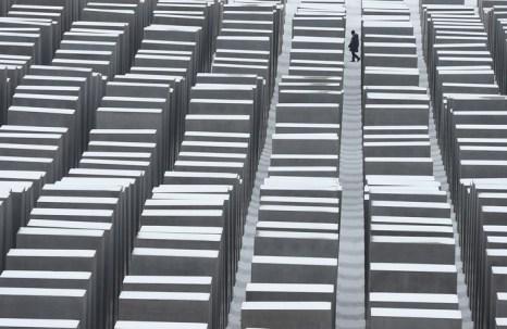 Поблизости от Бранденбургских ворот, в сердце Берлина находится мемориал памяти убитых евреев Европы. Фото: Sean Gallup/Getty Images