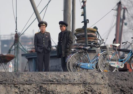 Северная Корея запретила въезд южнокорейским сотрудникам в промышленный регион Кэсон. Пограничный пункт между двумя Кореями в Пхаджу 4 апреля 2013 г. Фото: Chung Sung-Jun/Getty Images
