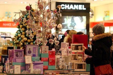 Люди торопятся купить подарки к рождеству в Берлине, Германия. Фото: Adam Berry/Getty Images