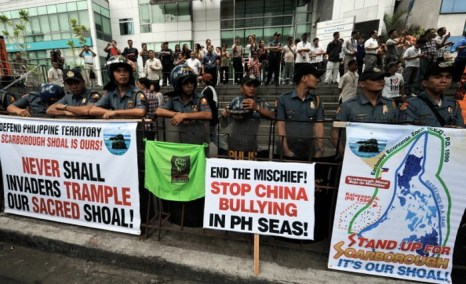 Сотни филиппинцев протестовали перед посольством Китая в финансовом квартале Манилы 11 мая против территориальных претензий Китая, называя китайское правительство высокомерными хулиганами. Фото: TED ALJIBE/AFP/GettyImages)