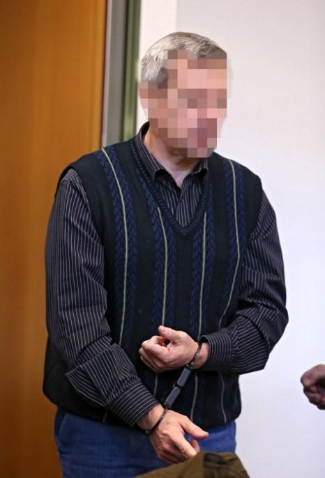 По просьбе суда в Штутгарте лица обвиняемых в шпионаже россиян под именами Андреас и Хайдрун Аншлаг заштрихованы.  Перед высшим судом Oberlandesgericht в Штутгарте 15 января 2013 г. Фото: Thomas Niedermueller/Getty Images
