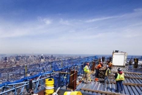Рабочие ходят по стальному настилу в день церемонии установления шпалы на высоте 387 метров небоскрёба «Башня Свободы» в Нью-Йорке. Фоторепортаж. Фото: Mario Tama/Getty Images